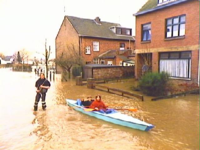 Dutch evacuate north as rain poses threat to dyke