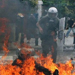 In Athens violent rioters attack demonstrators