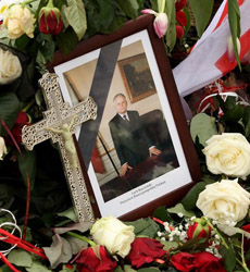 Poles commemorate Smolensk disaster with two-minute silence
